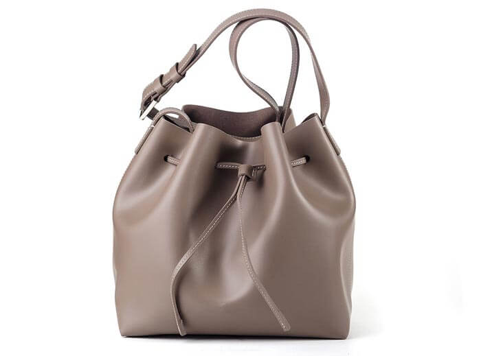 Freistellen Tasche beige braun Produktfoto Schatten