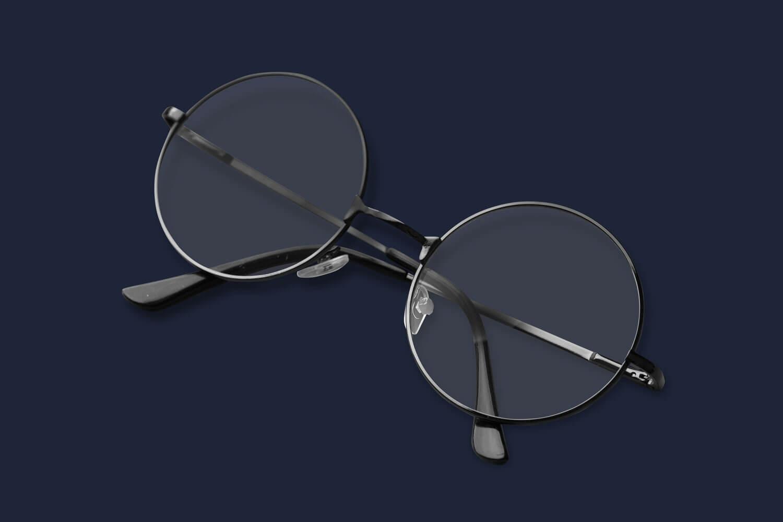 Freistellen Brille schwarz rund blauer Hintergrund