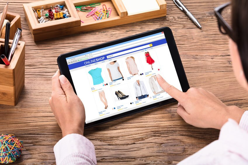 käufe silver-ager ecommerce messe einkaufstouren impulskäufe weihnachten rechnung Close-up Of A Businesswoman Shopping Online Through Digital Tablet On Wooden Desk