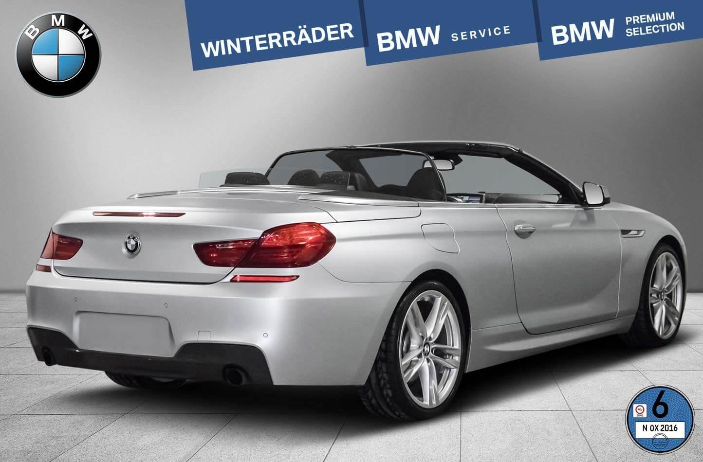BMW silber freigestellt auf neuem Boden Rückansicht