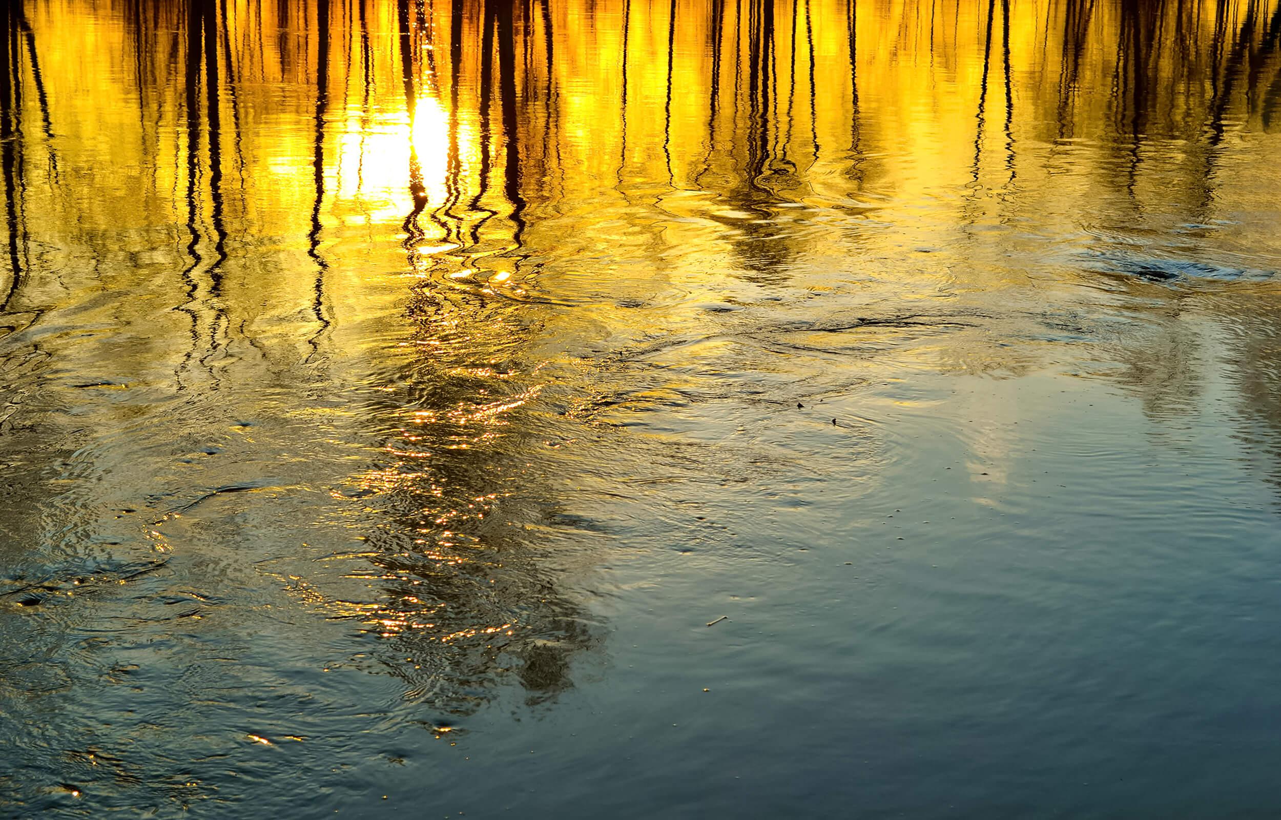 Sonnenuntergang Spiegelung auf Wasser